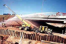 Gasoduto de GLP - Abatimento da nuvem de gás com jatos de água pelo Corpo de Bombeiros, após rompimento por ação de terceiros, Barueri, 2001.