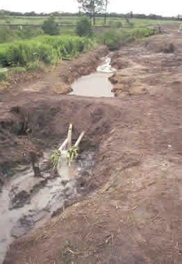 Barragem para bloqueio de produto sobrenadante na água
