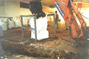 Escavação de trincheiras para interceptação de pluma de contaminação e remoção do solo afetado