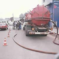 Recolhimento de água/gasolina com caminhão-vácuo em galeria subterrânea