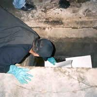Aplicação de mantas oleofílicas em caixa de inspeção de águas pluviais