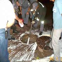 Aplicação de líquido gerador de espuma em galeria subterrânea de esgotos