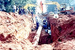 Linha de oleoduto em reparo.