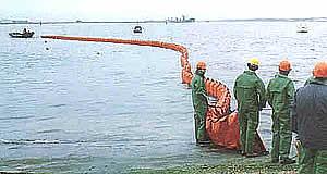 Lançamento de barreira de contenção (fonte: AMOSC - Australian Oil Spill Response)