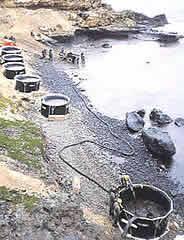 Armazenamento de resíduos líquidos oleosos na praia Fonte: IPIECA, 1991
