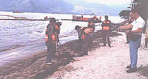 Operação de combate e recolhimento de resíduos oleosos