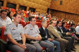 Um auditório lotado de pessoas interessadas na nova norma técnica.