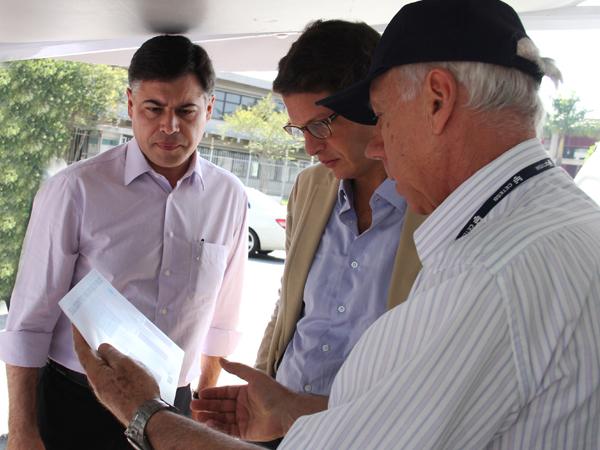 O secretário Ricardo Salles acompanha a operação com técnicos da Cetesb