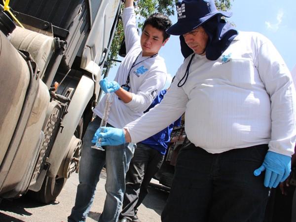 Técnicos da Cetesb inspecionam os caminhões