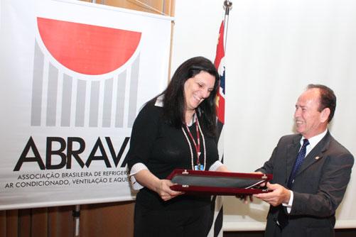 Placa de homenagem concedida pelo GRUPO OZÔNIO a Srª. Josilene Ferrer, da CETESB