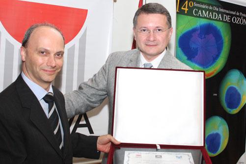 Placa de homenagem concedida pelo GRUPO OZÔNIO ao Sr. Maurício Pinheiro Xavier, da Dupont do Brasil