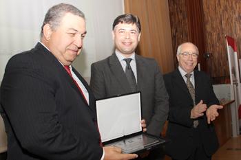 O homenageado Amaral Gurgel recebe placa do Grupo Ozônio, das mãos dos senhores Carlos Roberto dos Santos e Wadi Tadeu Neaime.