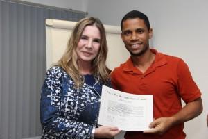 Lady Virginia entrega certificado