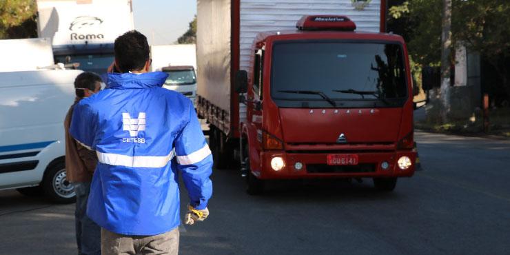 Técnicos da CETESB orientam motoristas de veículos movidos a diesel